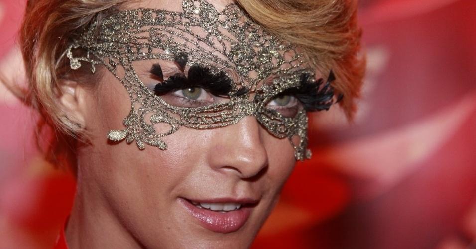 10.fev.2013 - A atriz Juliana Silveira mostra a máscara que irá usar durante o Carnaval do Rio no Camarote Brahma