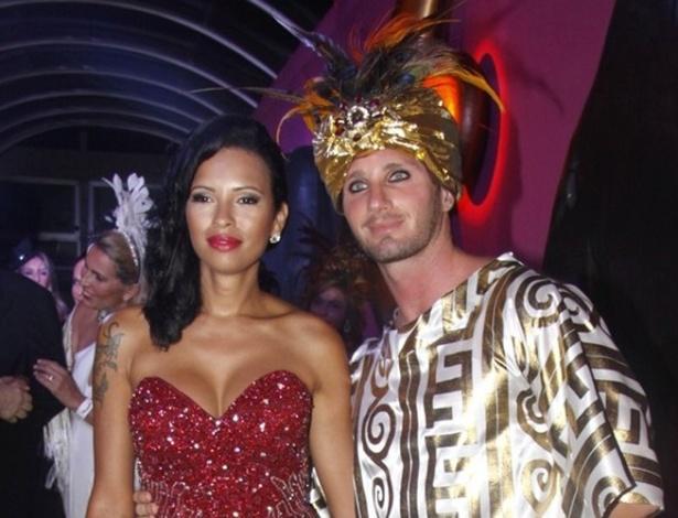 10.fev.2013 - A ex-BBB  Ariadna leva o ex-noivo Gabrielle Benedetti ao Baile de Gala do Copacabana Palace, no Rio
