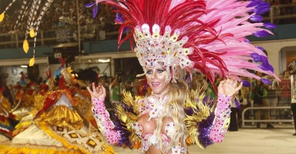 10.fev.2013 -  A musa Ana Paula Minerato samba sob o samba enredo da agremiação