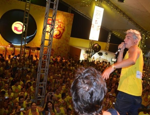 10.fev.2013 - Animado, o cantor conversa com o público