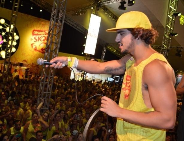 10.fev.2013 - Caio Castro interage com os foliões de Salvador