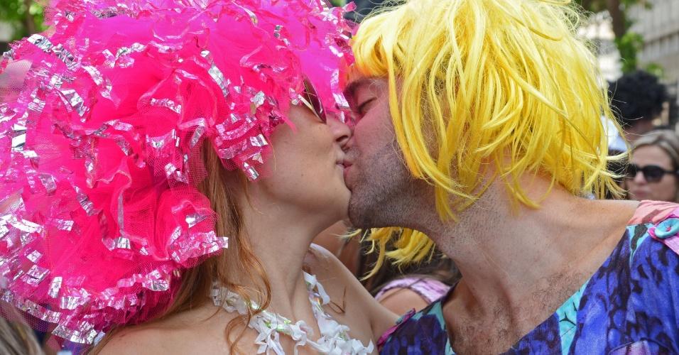10.fev.2013 - Namorados saem às ruas para participar do bloco Simpatia É Quase Amor