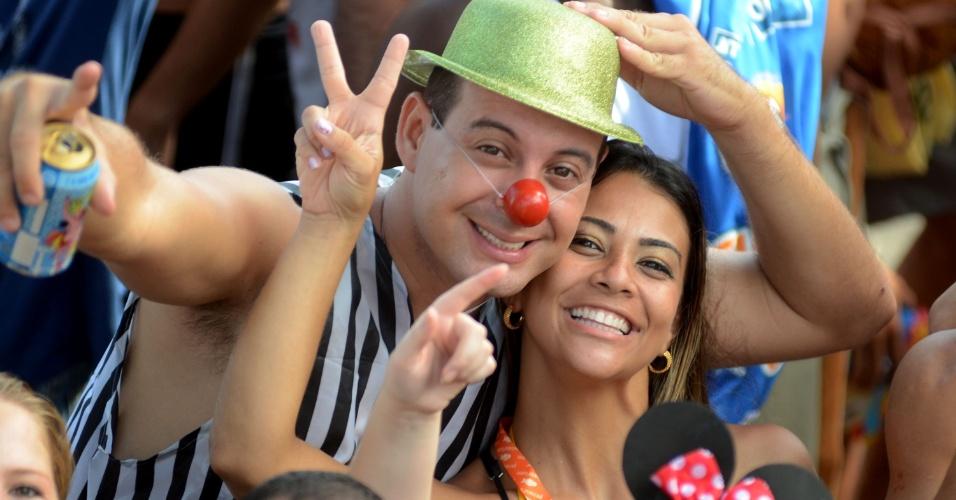 10.fev.2013 - Casal sai às ruas do Rio para acompanhar o Simpatia É Quase Amor