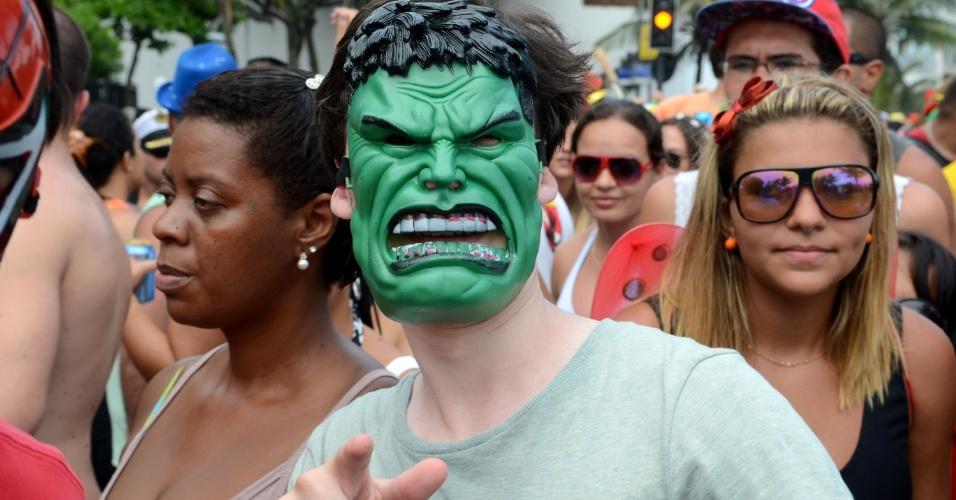 10.fev.2013 - De máscara, folião sai pelas ruas do Rio no bloco Simpatia é Quase Amor
