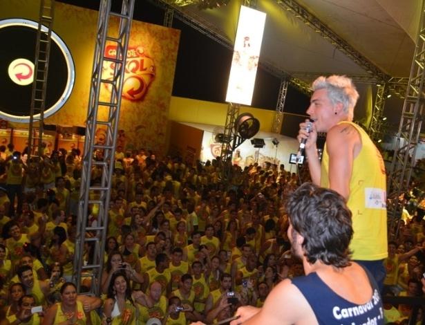 10.fev.2013 - Di Ferrero, vocalista do NX Zero, entoa sucessos da banda