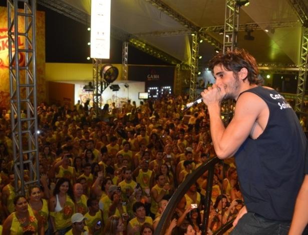 10.fev.2013 - Fiuk arranca suspiros das fãs durante a sua apresentação