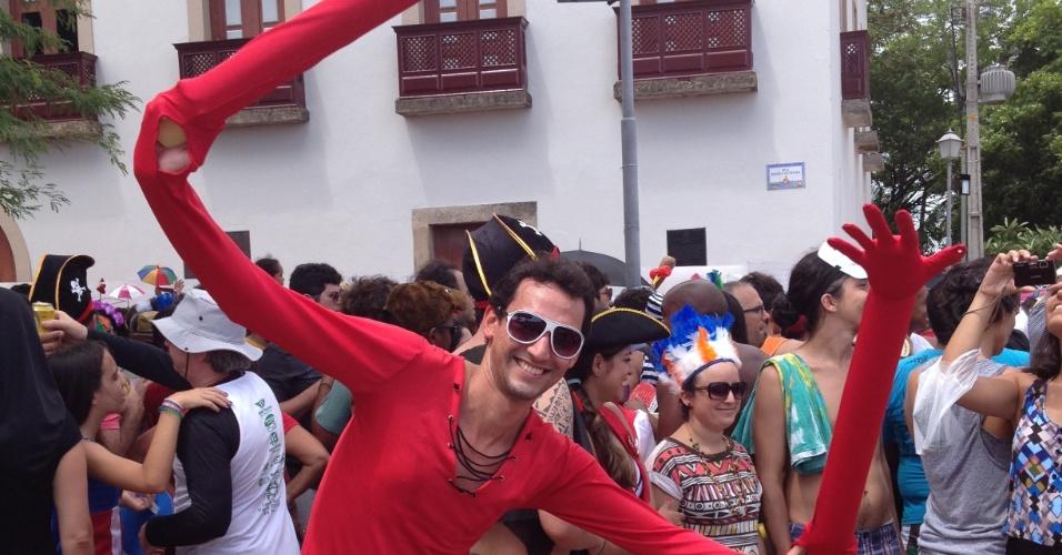 10.fev.2013 - Folião se veste de homem-elástico no bloco Enquanto Isso na Liga da Justiça em Olinda