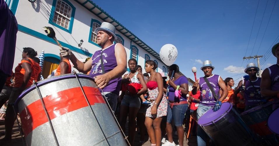 10.fev.2013 - Foliões saem pelas ruas da cidade mineira de Mariana com o bloco Cachaça