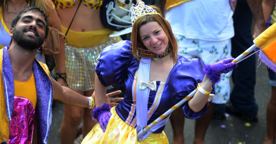 10.fev.2013 - Foliona se diverte no bloco Simpatia é Quase Amor pelas ruas do Rio de Janeiro