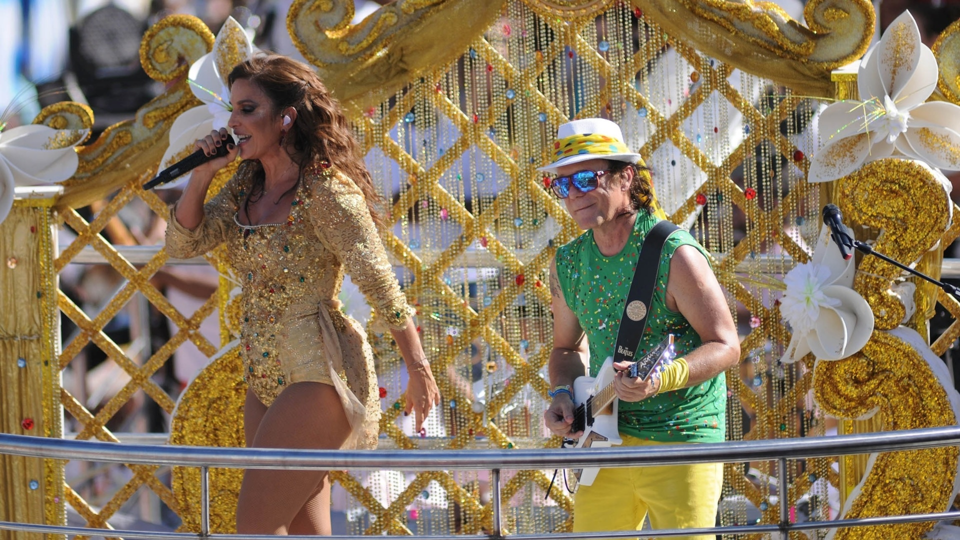 10.fev.2013 - Ivete Sangalo se apresenta com Armandinho no bloco Coruja no circuito Campo Grande, em Salvador