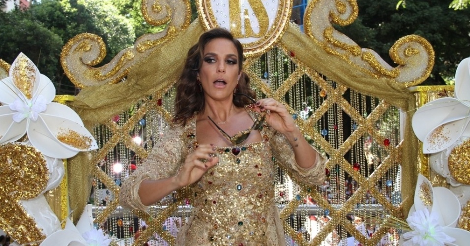 10.fev.2013 - Ivete Sangalo se apresenta em trio no circuito Campo Grande, em Salvador