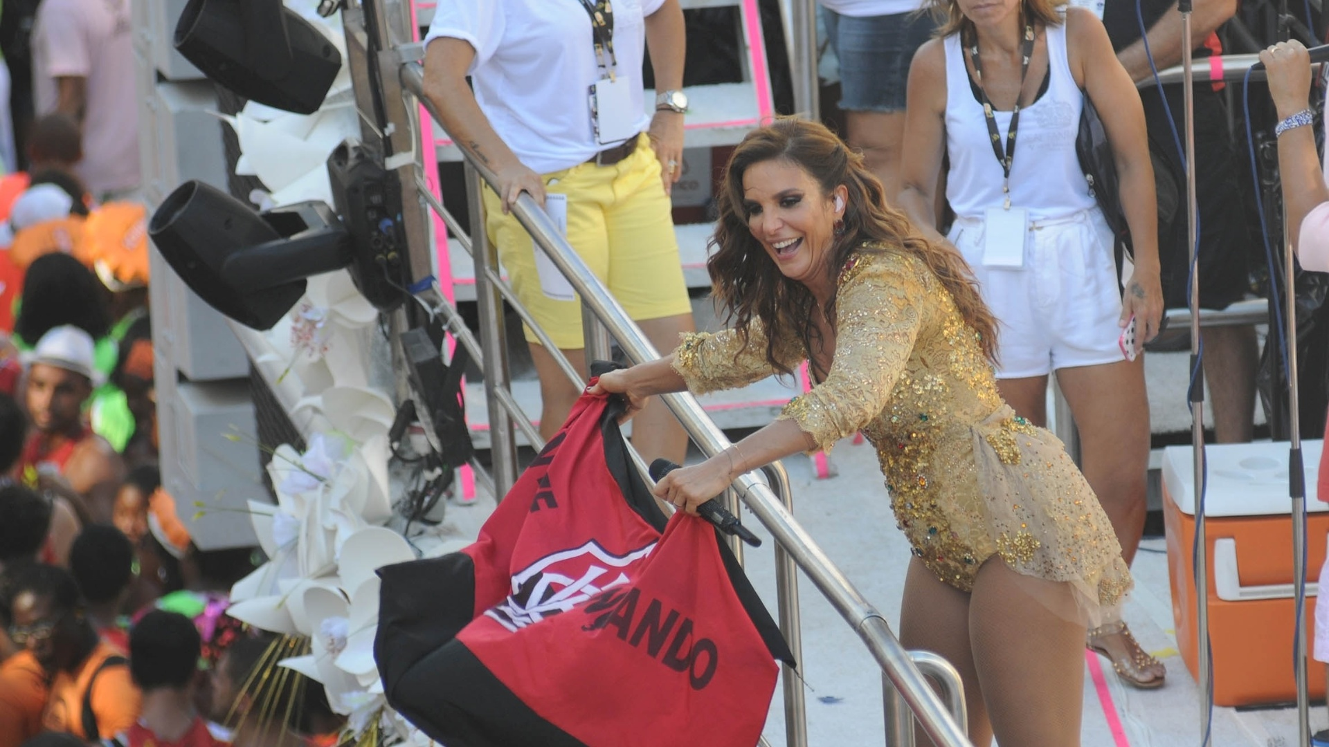 10.fev.2013 - Ivete Sangalo se apresenta no bloco Coruja no circuito Campo Grande, em Salvador