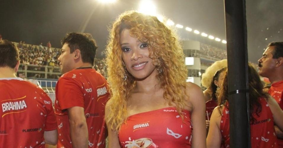 10.fev.2013 - Leilah Moreno posa para fotos no Camarote Brahma, no Sambódrimo do Anhembi, em São Paulo