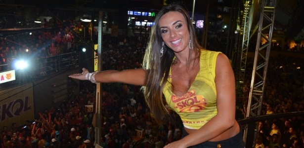 10.fev.2013 - Nicole Bahls cumprimenta a multido do Carnaval de Salvador, no Camarote Skol