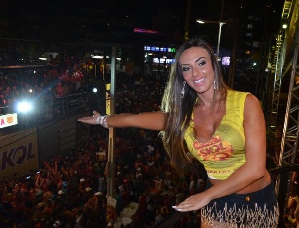10.fev.2013 - Nicole Bahls cumprimenta a multidão do Carnaval de Salvador, no Camarote Skol