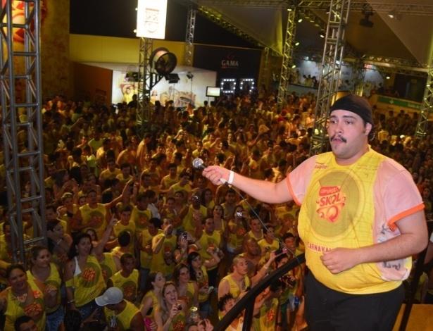 10.fev.2013 - O artista interage com o público de Salvador após entoar Tim Maia