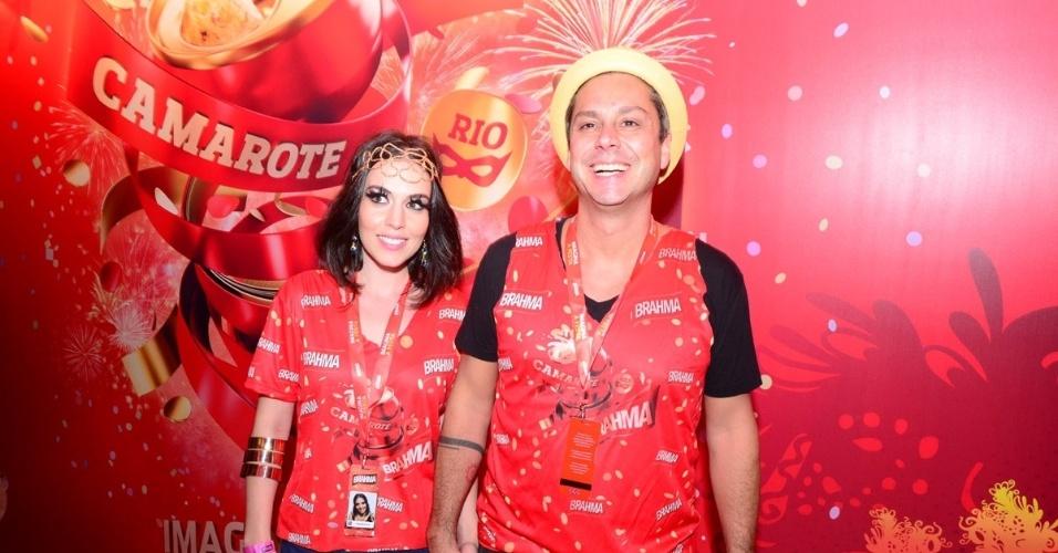 10.fev.2013 - O ator Alexandre Nero e sua namorada, Karen Brustolin, curtem a festa no Camarote Brahma