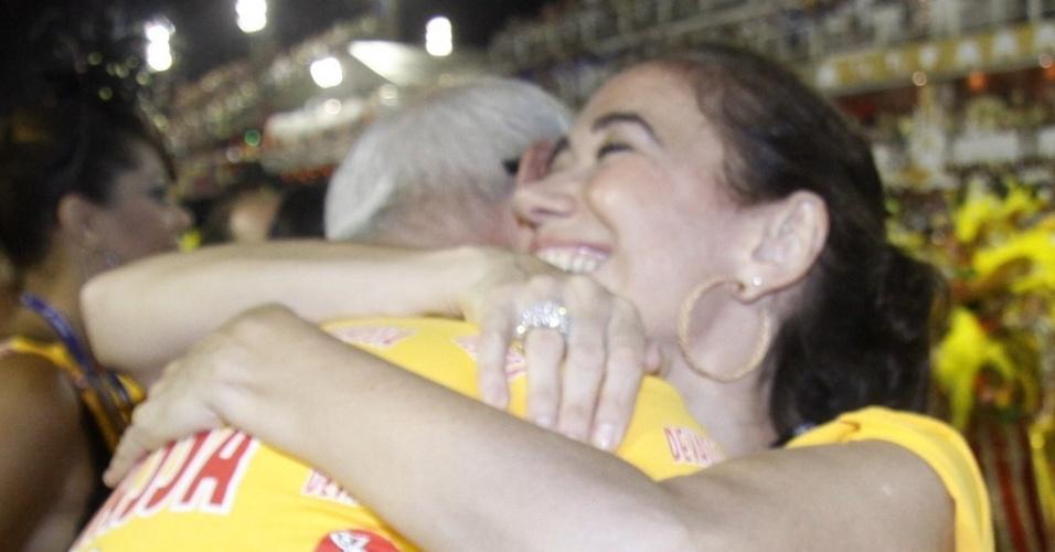 10.fev.2013 - O ator Marcos Caruso encontra a atriz Lília Cabral durante o desfile da Inocentes de Belfort Roxo, que abriu o Carnaval do Rio