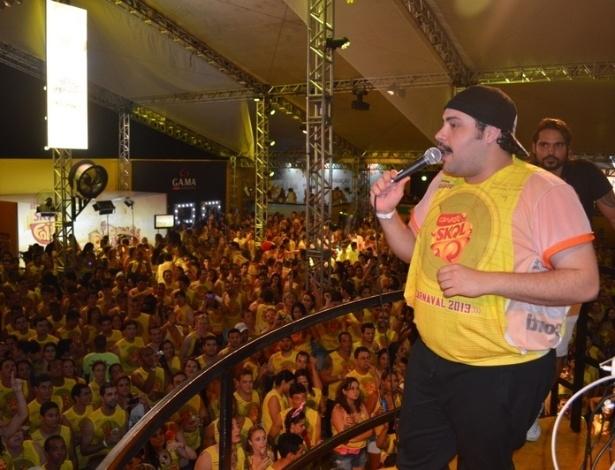 """10.fev.2013 - O ator Tiago Abravanel canta """"Gostava tanto de você"""", do Tim Maia, para os foliões do Carnaval de Salvador, no Camarote Skol"""