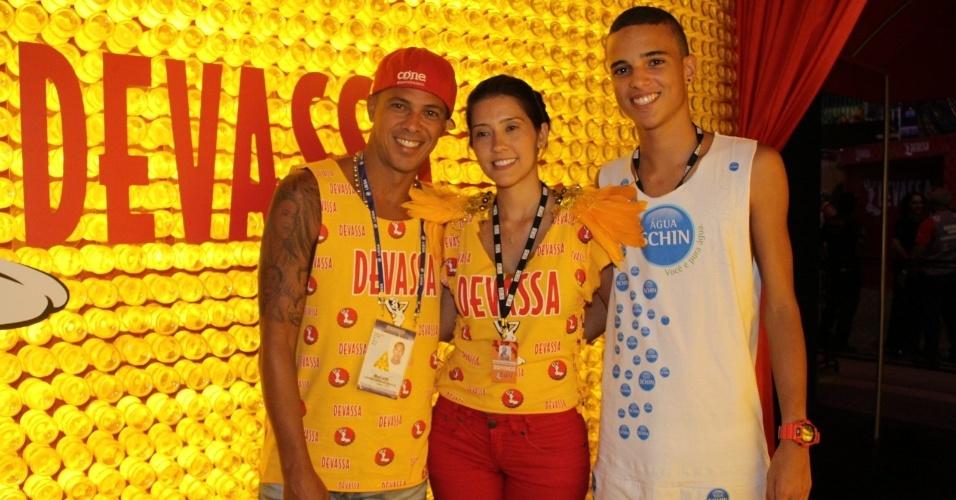 10.fev.2013 - O sambista Leandro Sapucahy curtiu a festa no Rio no Camarote Devassa, ao lado da namorada Bianca Parke e do filho Leandro