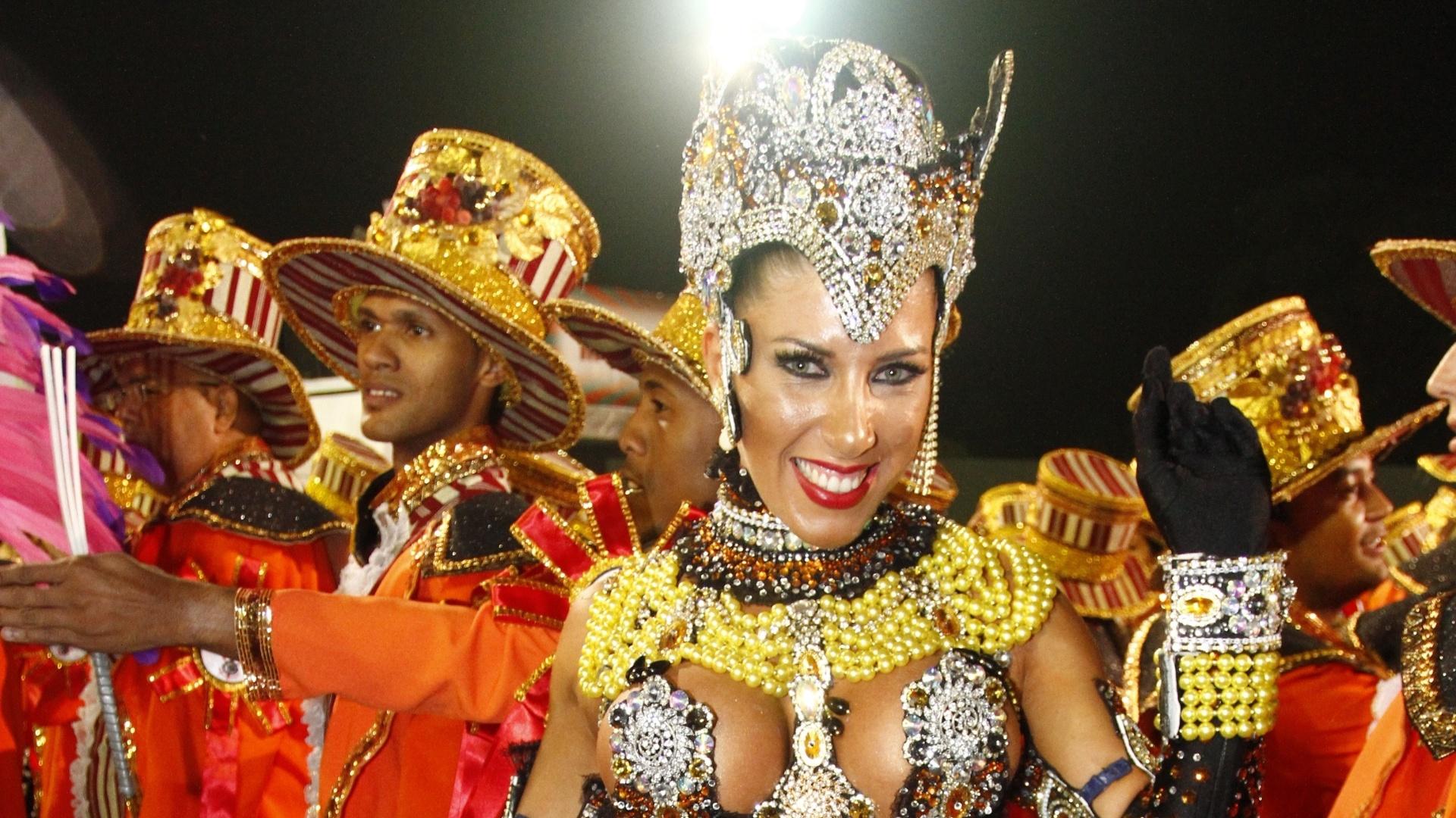 10.fev.2013 - Tati Minerato veio mais uma vez à frente da bateria da Gaviões da Fiel como rainha