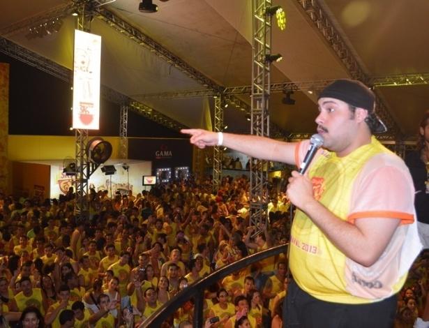 """10.fev.2013 - Tiago, que está no ar em """"Salve Jorge"""", é aplaudido pela multidão"""