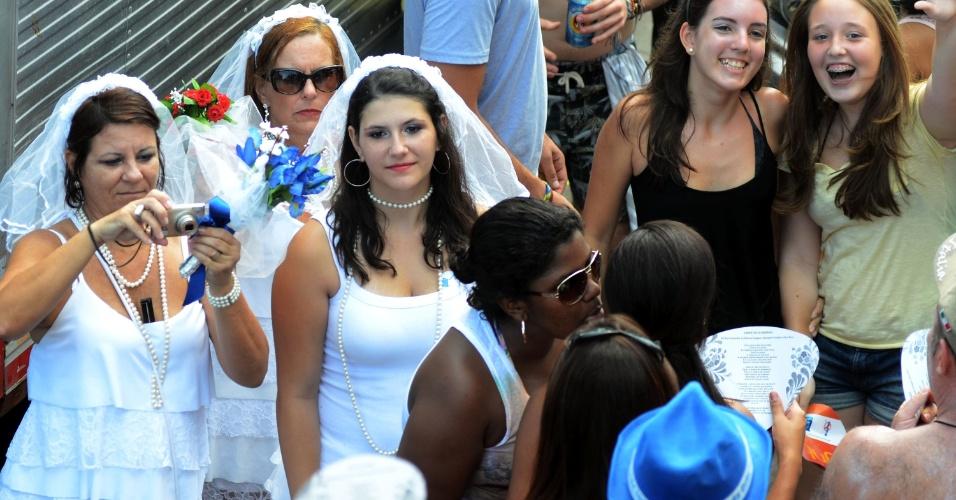 10.fev.2013 - Vestidas de noiva, folionas se divertem no bloco Simpatia é Quase Amor