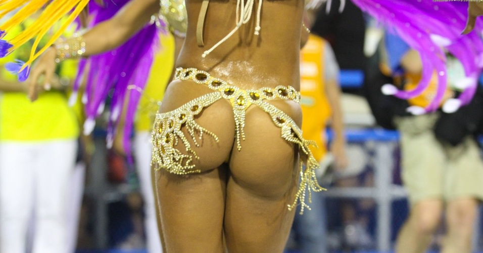 10.fev.2013- A ex-BBB Mayra Cardi desfila no Grupo A pela Paraíso do Tuiuti no Sambódromo do Rio