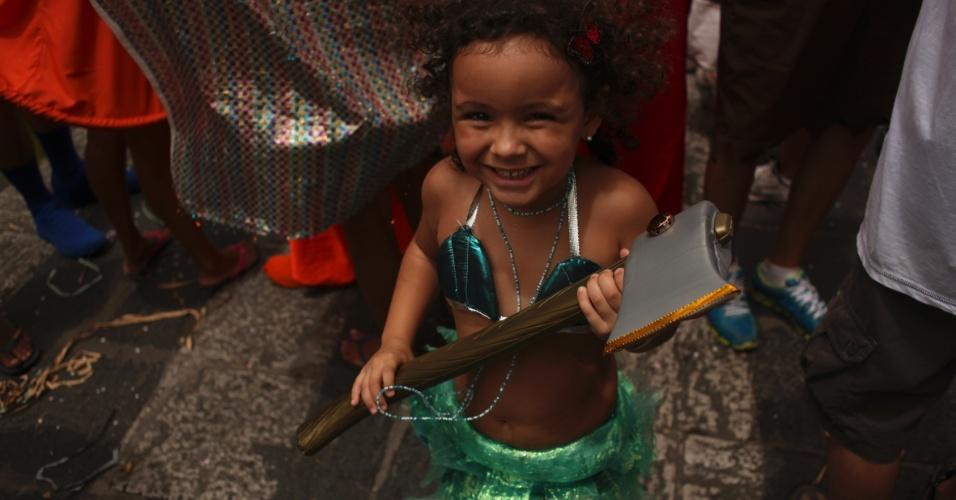 19.fev.2013 - Criança se prepara para sair no bloco Enquanto isso na Sala da Justiça em Olinda (PE)