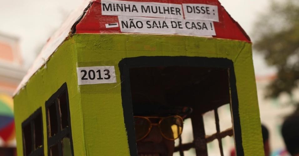 19.fev.2013 - Folião satiriza em fantasia para desfile no bloco Enquanto isso na Sala da Justiça em Olinda (PE)