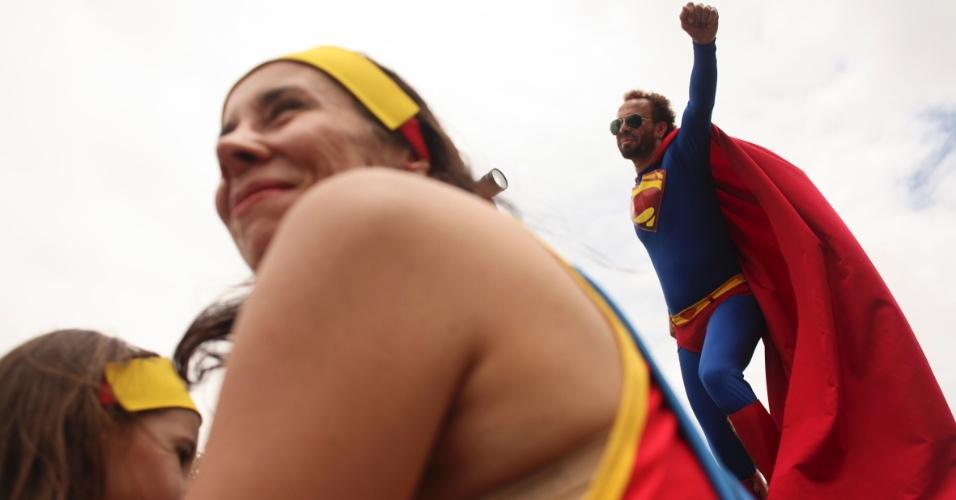 19.fev.2013 - Folião vestido de Super Homem na concentração do bloco Enquanto isso na Sala da Justiça em Olinda (PE)