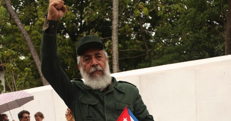 19.fev.2013 - Foliões se vestem de heróis e vilões no bloco Enquanto isso na Sala da Justiça em Olinda (PE)