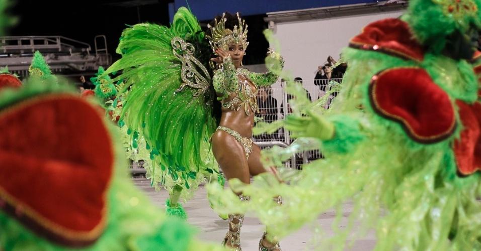 10. fev.2013 - A escola Mocidade Alegre no segundo dia dos desfiles no Sambódromo do Anhembi, em São Paulo