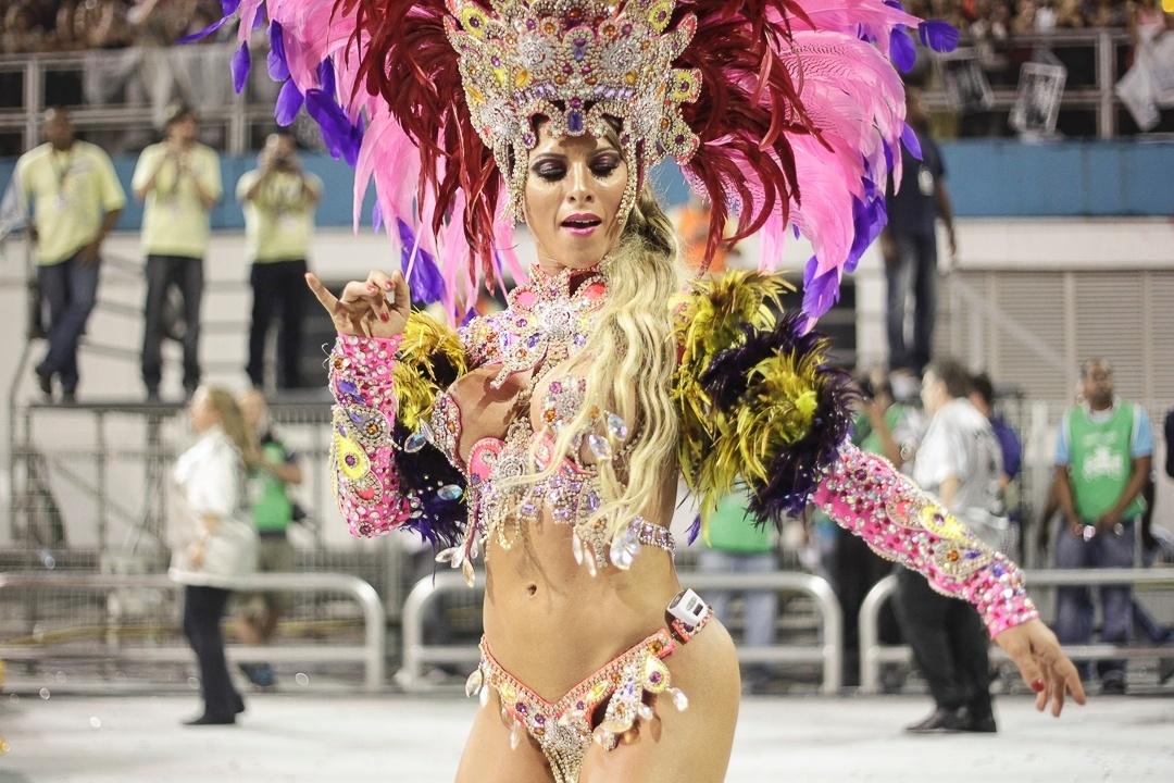 10.fev.2013 - A musa Ana Paula Minerato samba durante o desfile da Gaviões da Fiel; Minerato passou mal no final do desfile