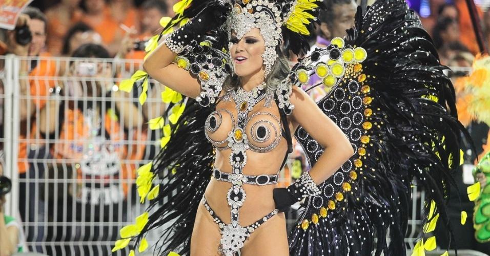 10.fev,2013 - A fantasia da madrinha Tânia Oliveira, ex-panicat, é confeccionada com camisinhas e está avaliada em R$ 15 mil