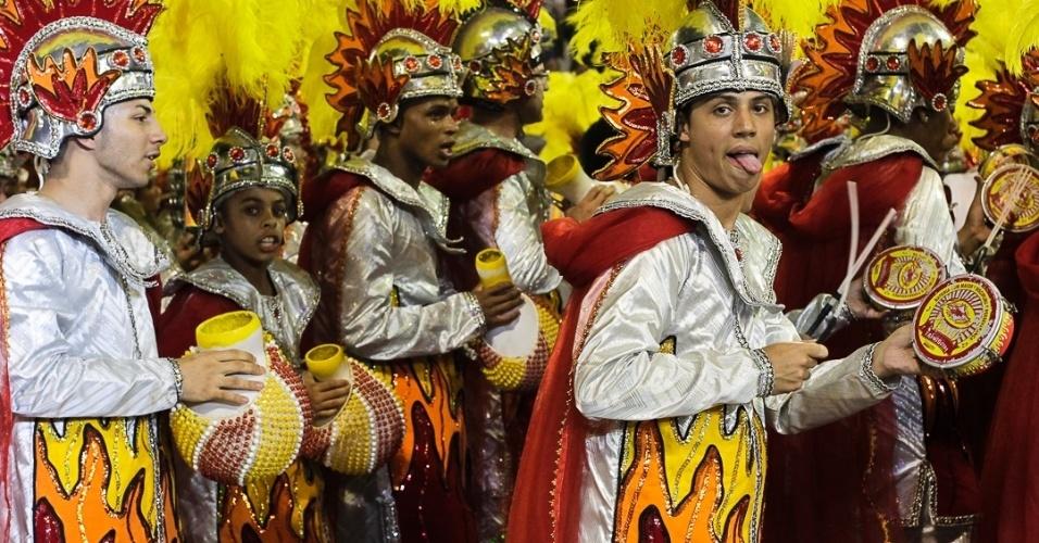 10.fev.2013 - Alas com eunucos, Bacos e índianos também tomaram a avenida durante a apresentação da Tom Maior no sambódromo