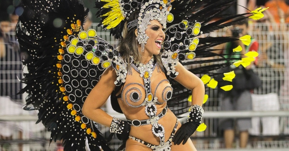 10.fev.2013 - A fantasia da madrinha Tânia Oliveira, ex-panicat, é confeccionada com camisinhas e está avaliada em R$ 15 mil