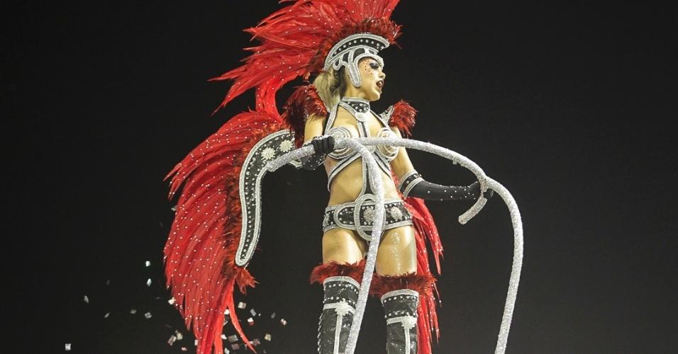 10.fev.2013 - Os bailarinos que abrem o desfile representam personagens de espetáculos do dramaturgo Nelson Rodrigues, como