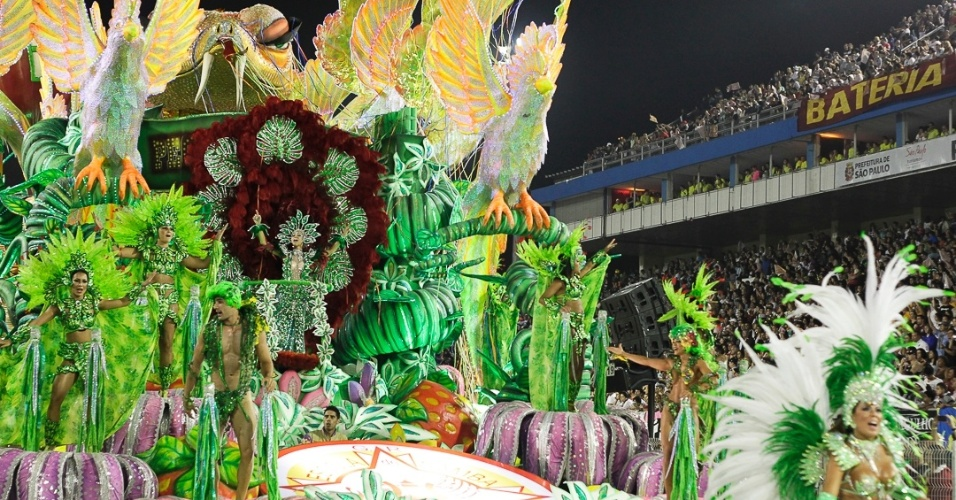10.fev.2013 - Produzido com fibra de vidro, o carro abre-alas fala sobre o pecado original de Adão e Eva e tem uma grande serpente como destaque