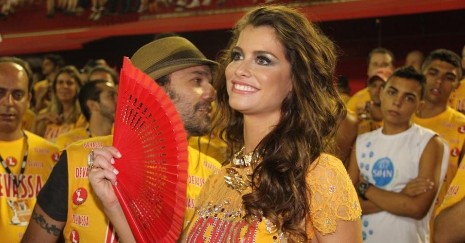 10.fev.2013 - A atriz Alinne Moraes acompanha o desfile da Unidos da Tijuca na Sapucaí