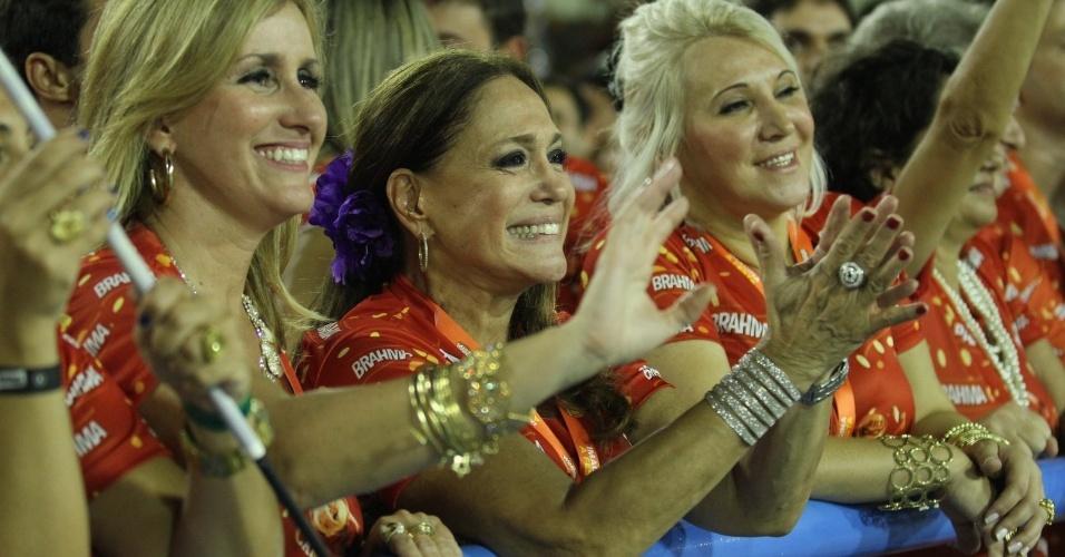 10.fev.2013 - A atriz Suzana Vieira acompanha o desfile da escola de samba União da Ilha na Sapucaí