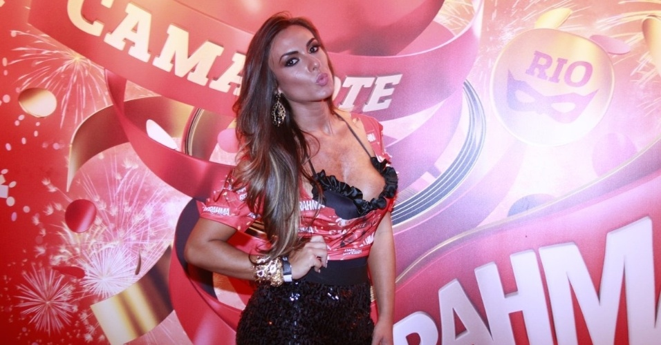 10.fev.2013 - A modelo e apresentadora Nicole Bahls posa para os fotgrafos do Camarote Brahma