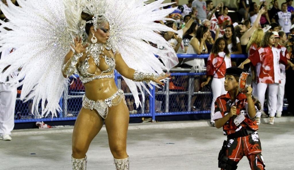 10.fev.2013 - A rainha da bateria do Salgueiro, Viviane Araújo, samba ao lado de uma pequena ritmista, de 9 anos, que tocou tamborim