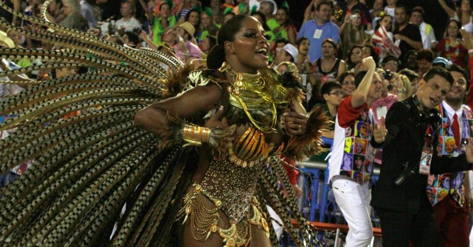 10.fev.2013 - Musa do Salgueiro, a dançarina Adriana Bombom vinha à frente de um carro com motivos africanos