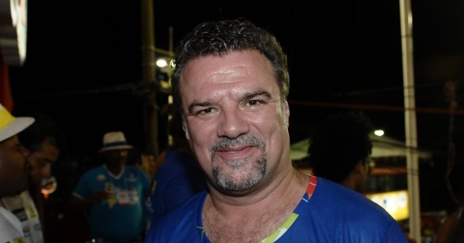 """10.fev.2013 - Adriano Garib deixa de lado vilão Russo de """"Salve Jorge"""" e se diverte em camarote da Contigo"""