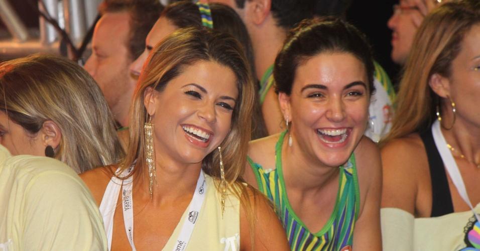 10.fev.2013 - Ex-BBB's Cacau Colluci e Laisa Portela assistem show de Claudia Leitte no Carnaval de Salvador