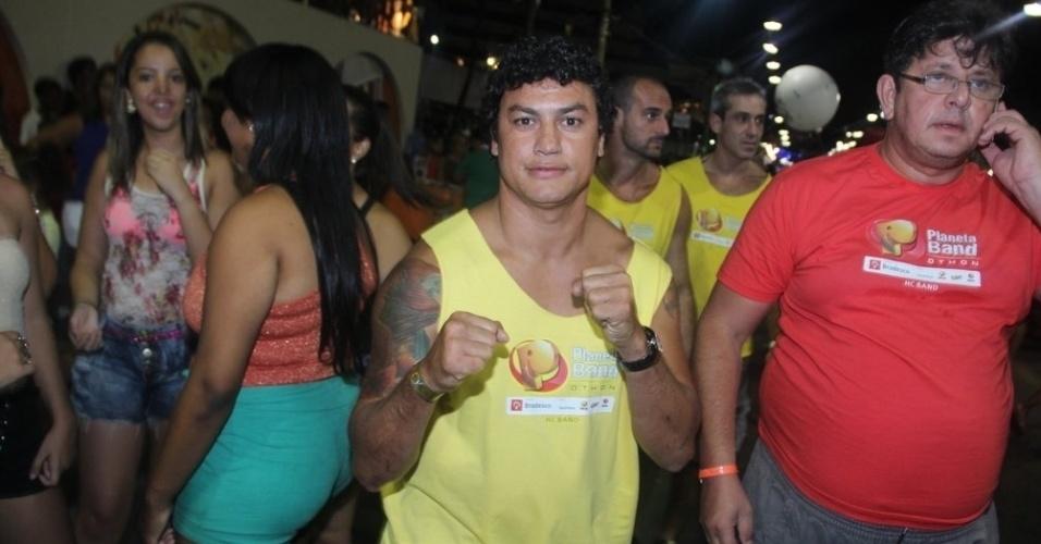 10.fev.2013 - Ex-pugilista Popó simula golpe de boxe em camarote de Salvador
