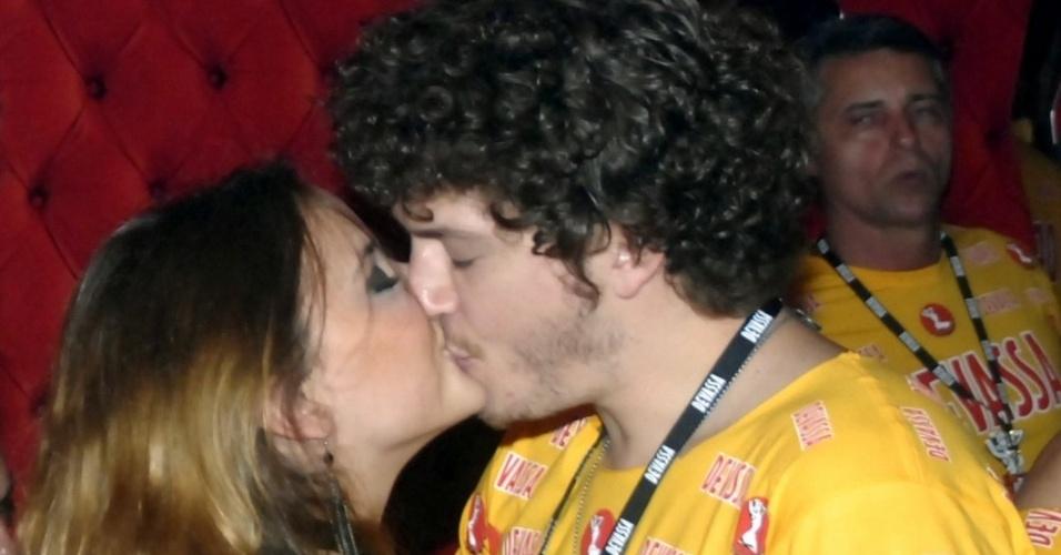 10.fev.2013 - Juliana Lohman e Caio Paduan namoram no Camarote Devassa