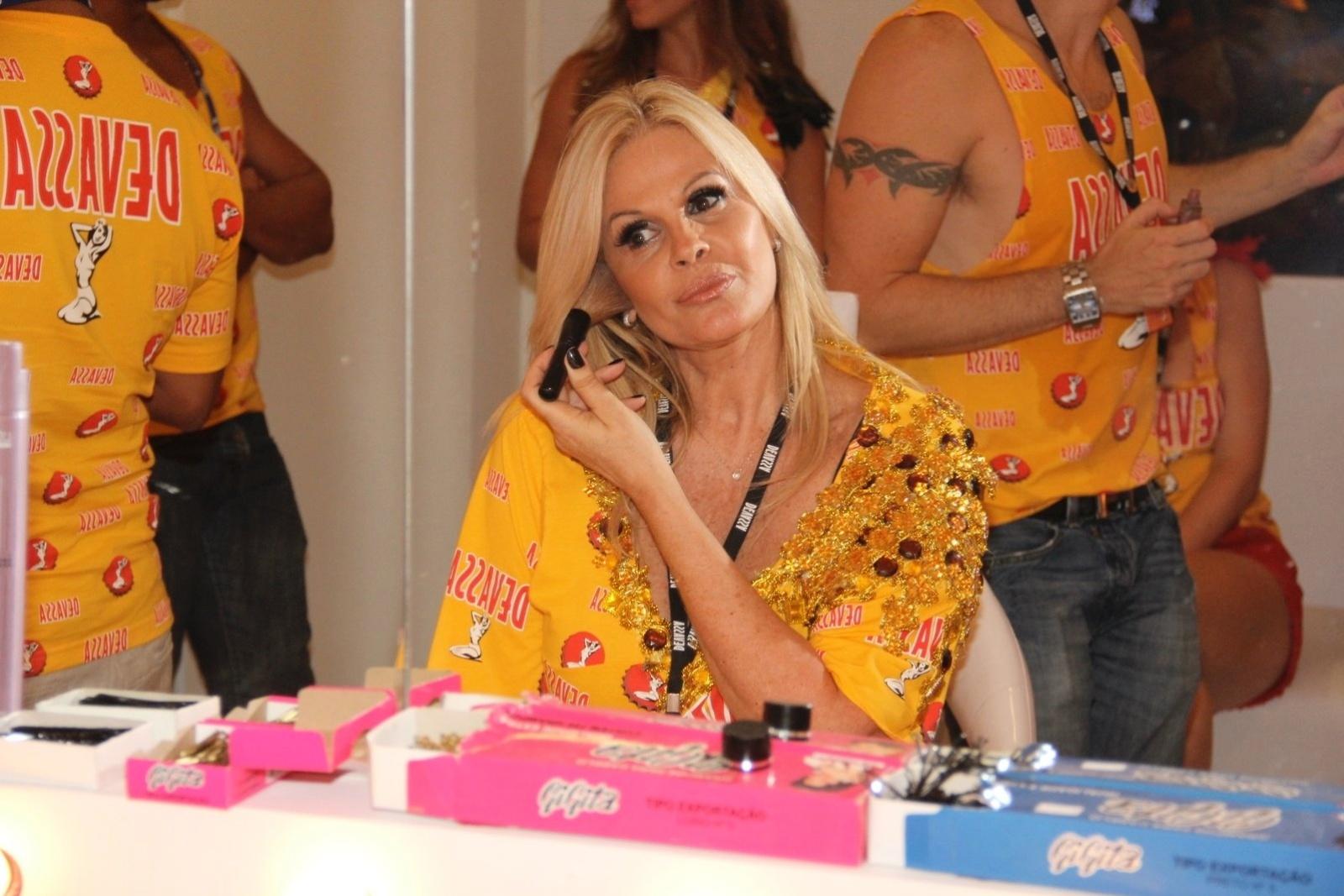 10.fev.2013 - Monique Evans retoca a maquiagem no camarote Devassa, no Rio