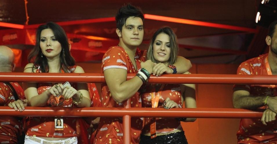 10.fev.2013 - O cantor Luan Santana acompanha o Carnaval do Rio na frisa do camarote Brahma ao lado da namorada Jade Magalhães